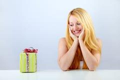 Hübsche lächelnde Frau mit Geschenk Lizenzfreies Stockfoto