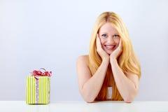 Hübsche lächelnde Frau mit Geschenk Lizenzfreie Stockfotografie