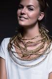 Hübsche lächelnde Frau mit Halskette Stockfotos