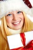 Hübsche lächelnde Frau mit Weihnachtsgeschenk Stockfotografie