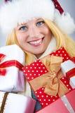 Hübsche lächelnde Frau mit Weihnachtsgeschenk Stockfotos