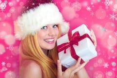 Hübsche lächelnde Frau mit Weihnachtsgeschenk Stockfoto