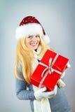 Hübsche lächelnde Frau mit Weihnachtsgeschenk Lizenzfreie Stockfotografie