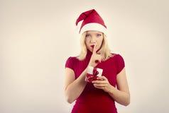 Hübsche lächelnde Frau mit Weihnachtsgeschenk Stockbild