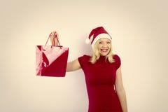 Hübsche lächelnde Frau mit Weihnachtsgeschenk Lizenzfreies Stockfoto