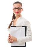 Hübsche lächelnde Geschäftsfrau hält Klemmbrett auf weißem backgroun Stockfoto