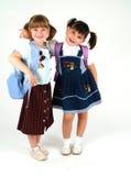 Hübsche lächelnde Schulemädchen Stockfoto