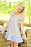 Hübsche lächelnde und ineinandergreifende Frau Stockfoto