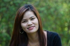Hübsche lächelnde und ineinandergreifende Frau Stockfotografie