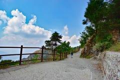 Hübsche Landschaftslandschaft mit Wolkenformen nahe schönem Gebirgsreiseziel lizenzfreie stockbilder