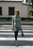 Hübsche Mädchenüberfahrtstraße stockfotos
