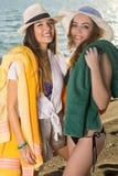 Hübsche Mädchen in den Sommer-Ausstattungen am Strand Stockfotos