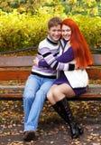 Hübsche Mädchen, die in Herbstpark gehen Stockfotos