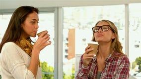 Hübsche Mädchen, die Kaffee trinken stock video