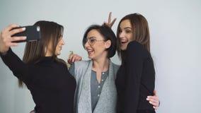 Hübsche Mädchen, die selfie mit Gesichtsausdrücken in 4K lächeln und nehmen stock footage