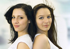 Hübsche Mädchen zurück zu Rückseite Lizenzfreies Stockfoto