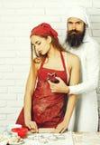Hübsche Mädchenflirts mit Koch lizenzfreie stockbilder