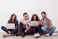 Hübsche Männer und Frauen mit moderner Technologie Lizenzfreie Stockbilder
