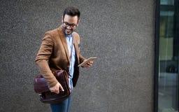 Hübsche männliche vermarktende Experten, die auf die Stadtstraße geht, das treffen von Konferenz zu besuchen gehen lizenzfreie stockfotografie