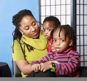 Hübsche Mamma mit zwei großen gemusterten Söhnen Lizenzfreies Stockfoto