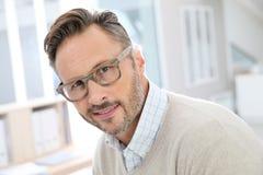 Hübsche Mitte gealterter Mann im Büro Lizenzfreie Stockfotos