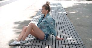 Hübsche Modefrau, die in einer Stadt in Europa sich entspannt Stockbilder