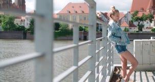 Hübsche Modefrau, die in einer Stadt in Europa sich entspannt Lizenzfreie Stockbilder
