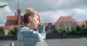 Hübsche Modefrau, die in einer Stadt in Europa sich entspannt Stockfoto