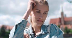 Hübsche Modefrau, die in einer Stadt in Europa sich entspannt Stockbild