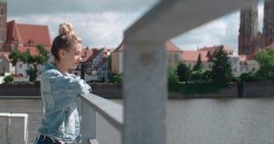 Hübsche Modefrau, die in einer Stadt in Europa sich entspannt Lizenzfreies Stockbild