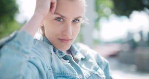 Hübsche Modefrau, die in einer Stadt in Europa sich entspannt stock video