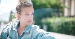 Hübsche Modefrau, die in einer Stadt in Europa sich entspannt stock video footage