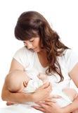 Hübsche Mutter, die ihr Kind stillt Stockfotos