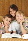 Hübsche Mutter mit ihren Söhnen stockfotografie