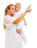 Hübsche Mutter und Schätzchen, die nach vorn schaut Stockfoto