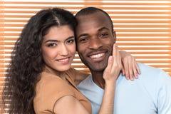Hübsche Paare, die Kamera umarmen und untersuchen Stockfoto