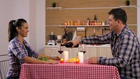 Hübsche Paare, die Kerzenlicht zu Abend essen stock footage