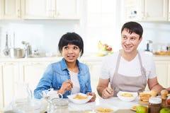 Hübsche Paare, die zusammen zu Mittag essen lizenzfreie stockfotografie