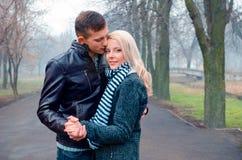 Hübsche Paare im Park stockfotos