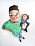 Hübsche Paare kleideten zufällige machende lustige Gesichter - Ansicht von oben genanntem Weitwinkel Stockbilder