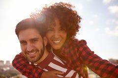 Hübsche Paare mit schönen toothy smilles stockbild