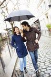 Hübsche Paare unter dem Regen auf Straße Stockfotografie