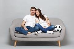 Hübsche Paarfrauen-Mannfußballfane in weißem T-Shirt Beifall herauf Stützlieblingsteam mit dem Fußball, Umarmen lokalisiert lizenzfreie stockfotografie