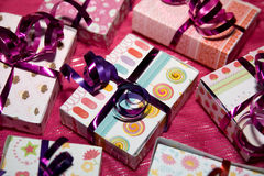 Hübsche Pakete eingewickelt mit Farbband lizenzfreies stockbild