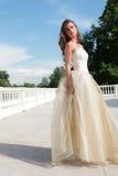 Hübsche Prinzessin im weiß-goldenen Kleid Stockbilder
