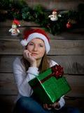 Hübsche Santa Girl Thinking. Neujahrsgeschenk. Stockbild