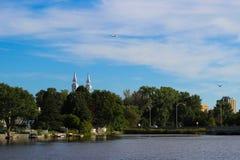 Hübsche Sommeransicht des Dammes, der Kirche und des Flugzeuges, Montreal Lizenzfreies Stockbild