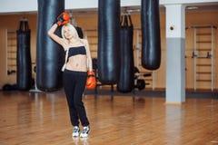 Hübsche Sportfrau mit Boxhandschuhen Lizenzfreies Stockbild