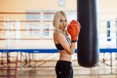 Hübsche Sportfrau mit Boxhandschuhen Stockfotografie