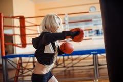 Hübsche Sportfrau mit Boxhandschuhen Stockfotos